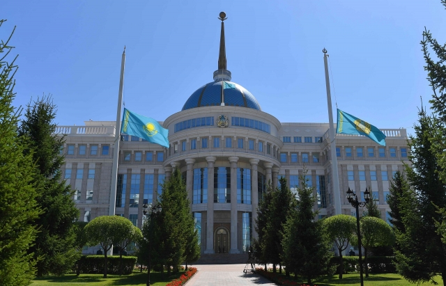 Взрывы под Таразом: Токаев посмертно наградил погибших спасателей и военных