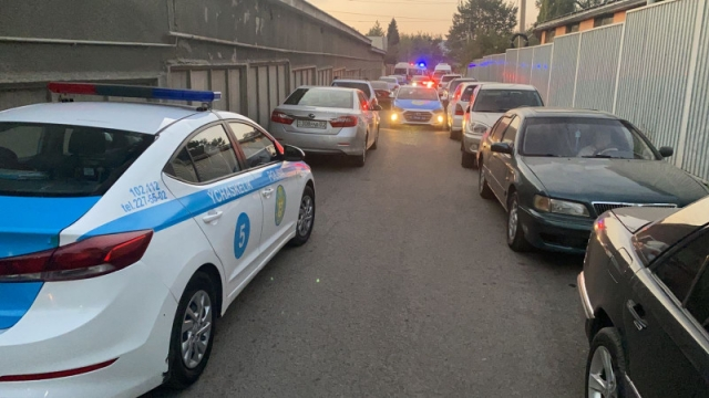 Стрельба в Алматы: мужчина убил полицейских и судисполнителя